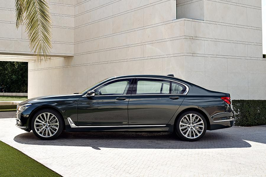 2016 bmw 750 reviews specs and prices. Black Bedroom Furniture Sets. Home Design Ideas