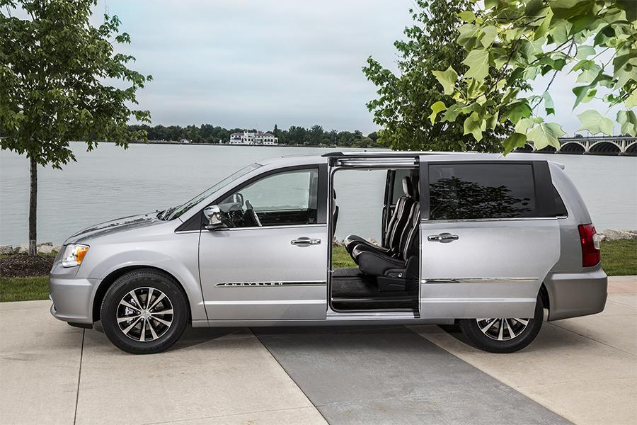 2016 chrysler town country reviews specs and prices. Black Bedroom Furniture Sets. Home Design Ideas