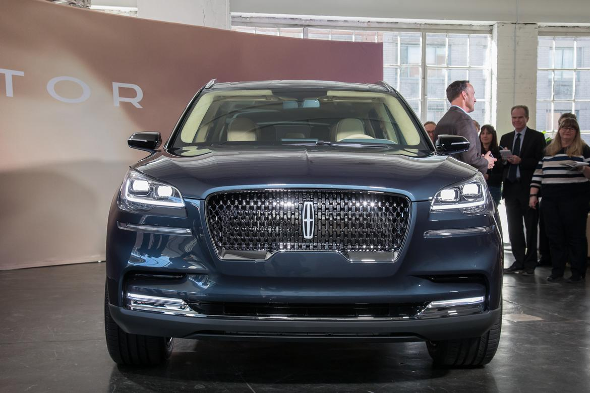 02-lincoln-aviator-suv-autoshow--blue--exterior--front.jpg