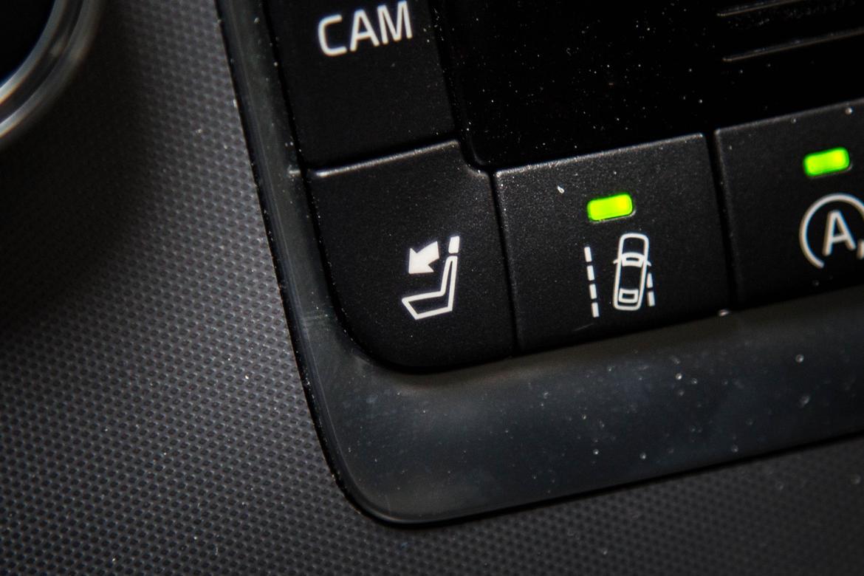 17Volvo_S60_Headrest-Button_AC_03.jpg
