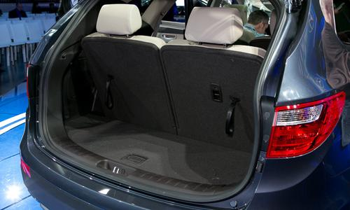 2013 hyundai santa fe 39 s third row cramps its family. Black Bedroom Furniture Sets. Home Design Ideas