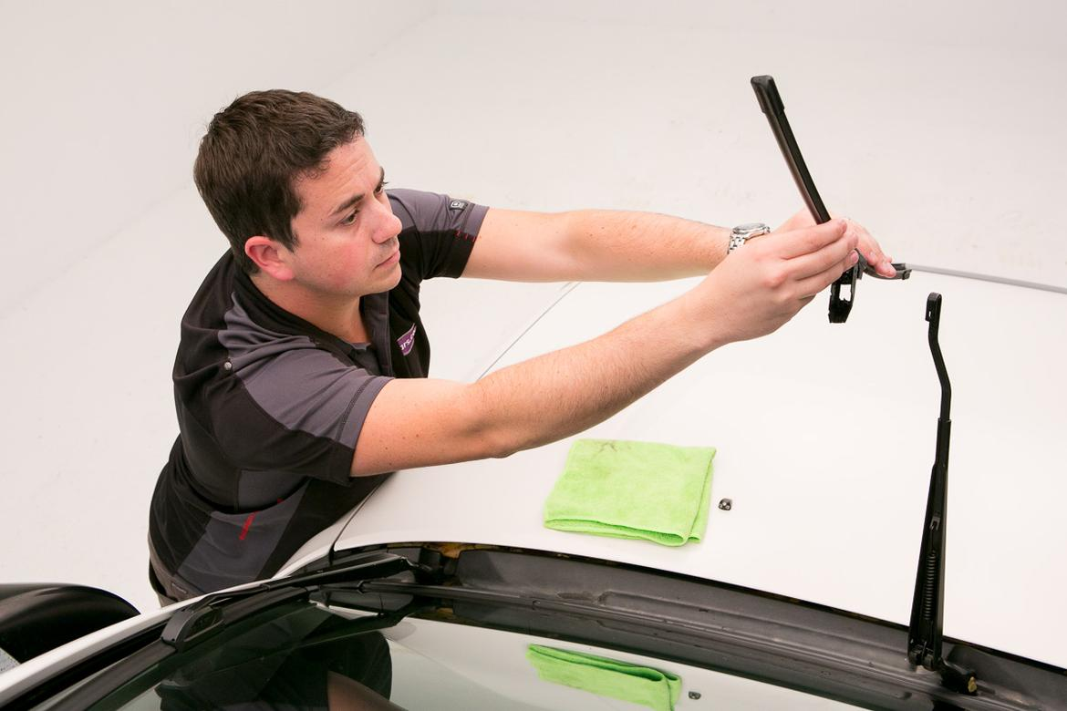 Mazda 3 Owners Manual: Replacing Windshield Wiper Blades