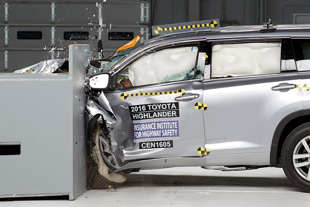 17 Toyota Highlander Crash Test Jpg