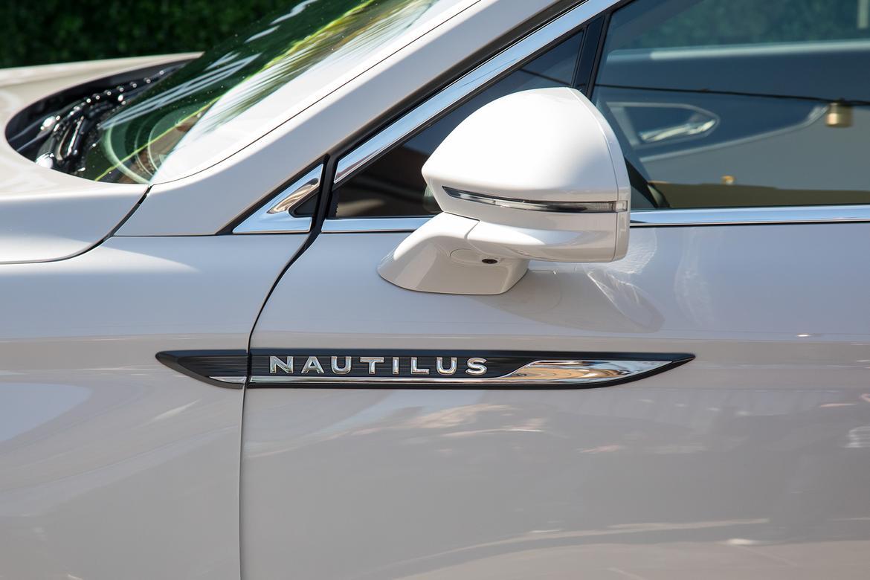 07-lincoln-nautilus-2019-autoshow-badge-exterior-suv-white.jpg