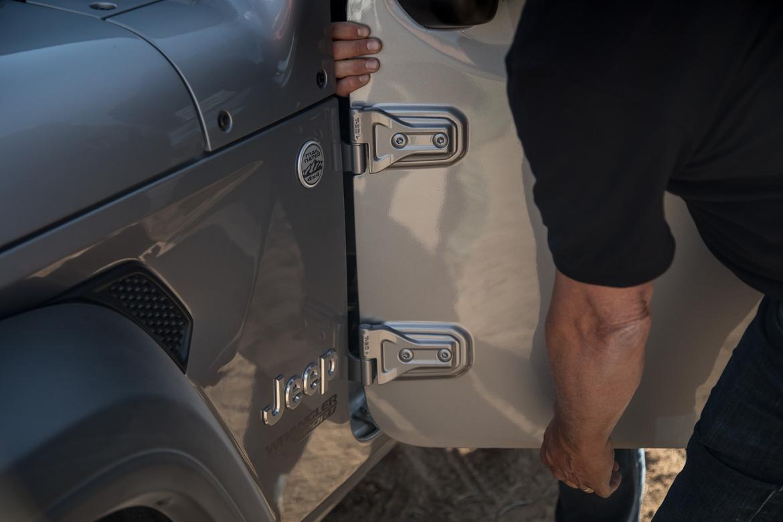 07-jeep-wrangler-2018-doors-exterior-grey.jpg