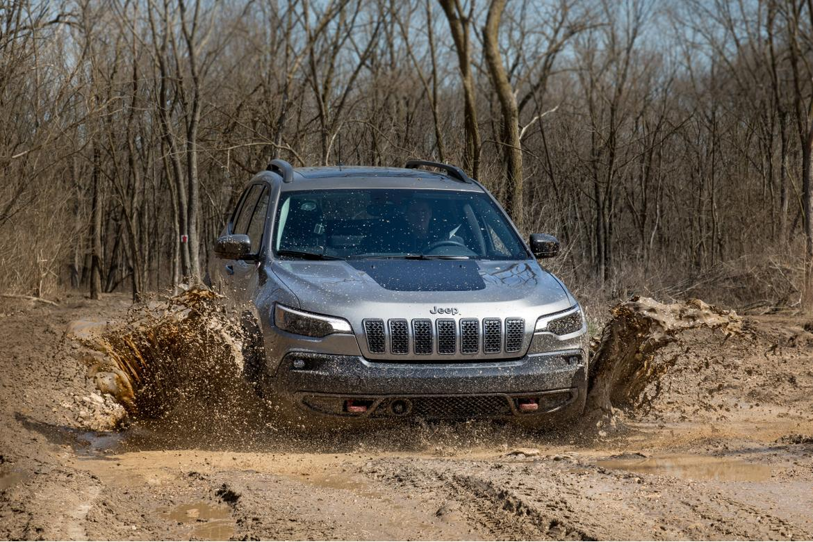 02-jeep-cherokee-2019-exterior--front--off-road--silver.jpg