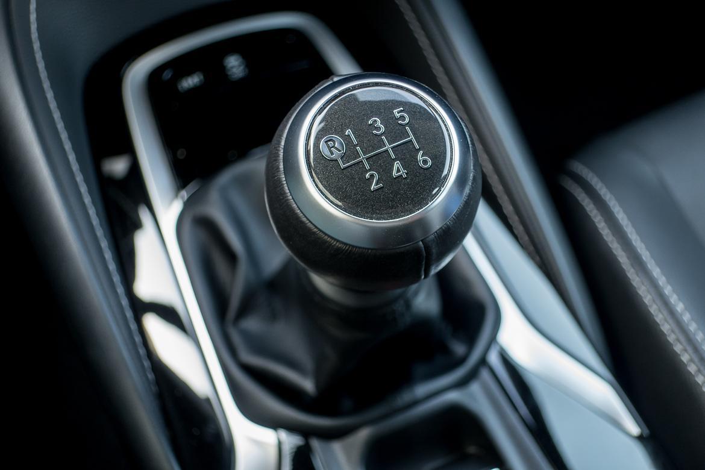 04-toyota-corolla-hatchback-2019-gearshift--interior.jpg