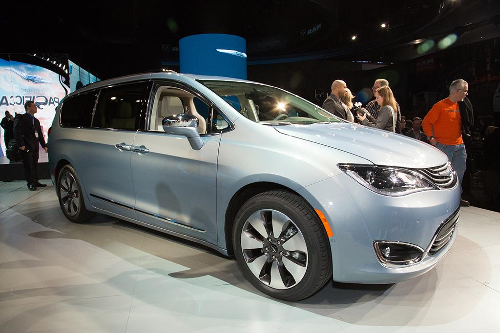 Features That Make The 2017 Chrysler Pacifica A Family Car Changer News Cars