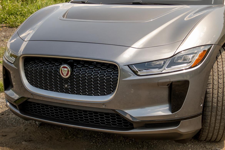 05-jaguar-i-pace-2019-badge--exterior--front--grille--silver.jpg