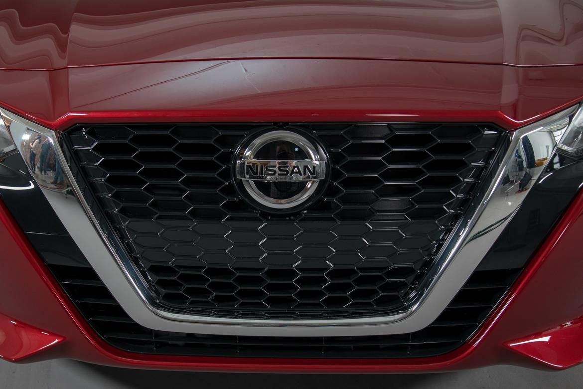 07-nissan-altima-2019-autoshow--badge--exterior--grille--red.jpg