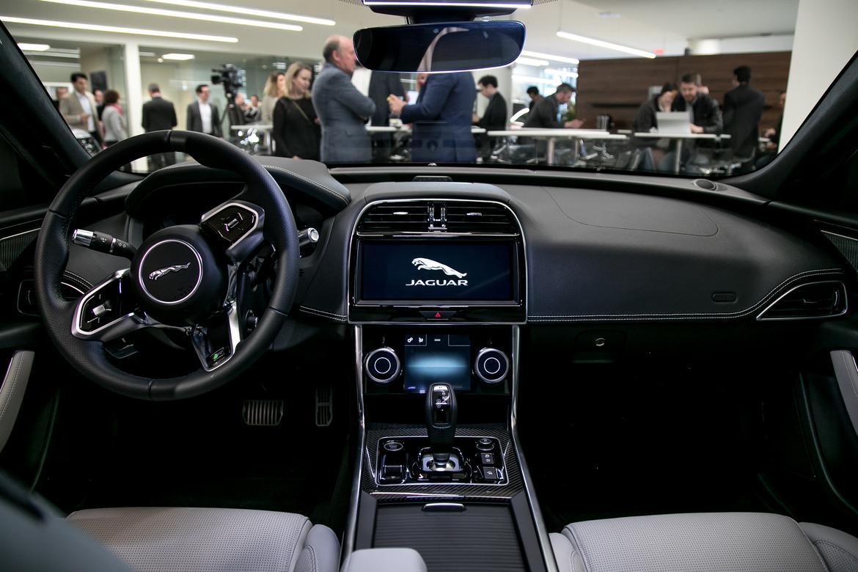 12-jaguar-xe-2020-cockpit-shot--interior.jpg