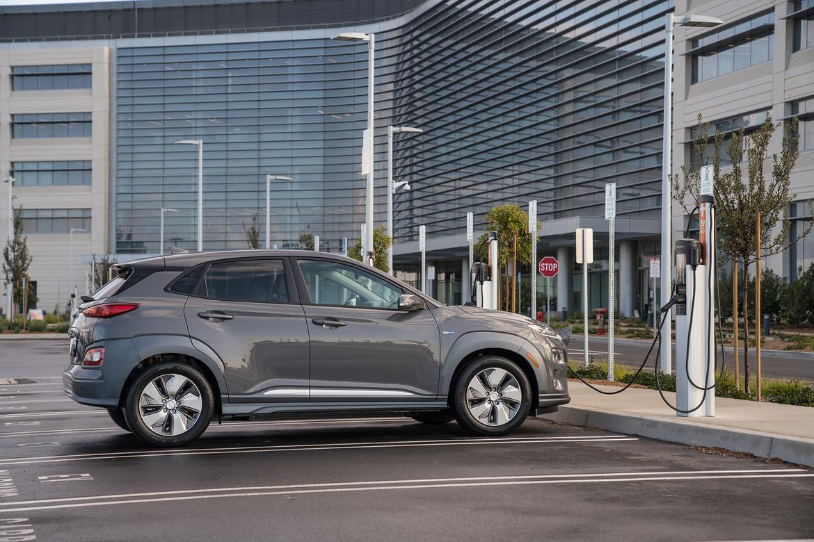 10-hyundai-kona-electric-2019-exterior--grey--profile--urban.jpg