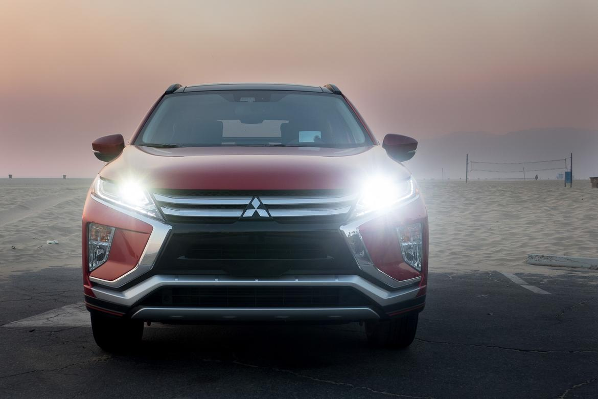 06-mitsubishi-eclipse-cross-2018-beach-exterior-front-headlights
