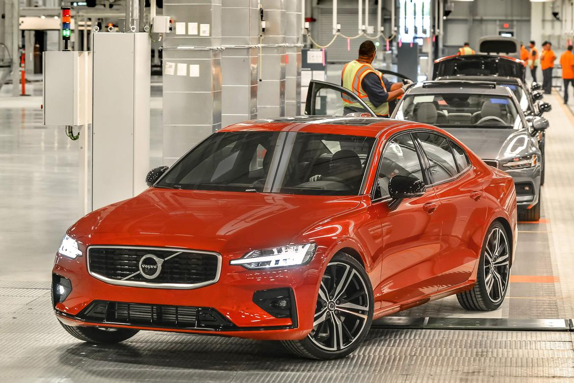 02-2019-<a href=https://www.autopartmax.com/used-volvo-engines>volvo</a>-s60-angle--exterior--front--plant--red.jpg