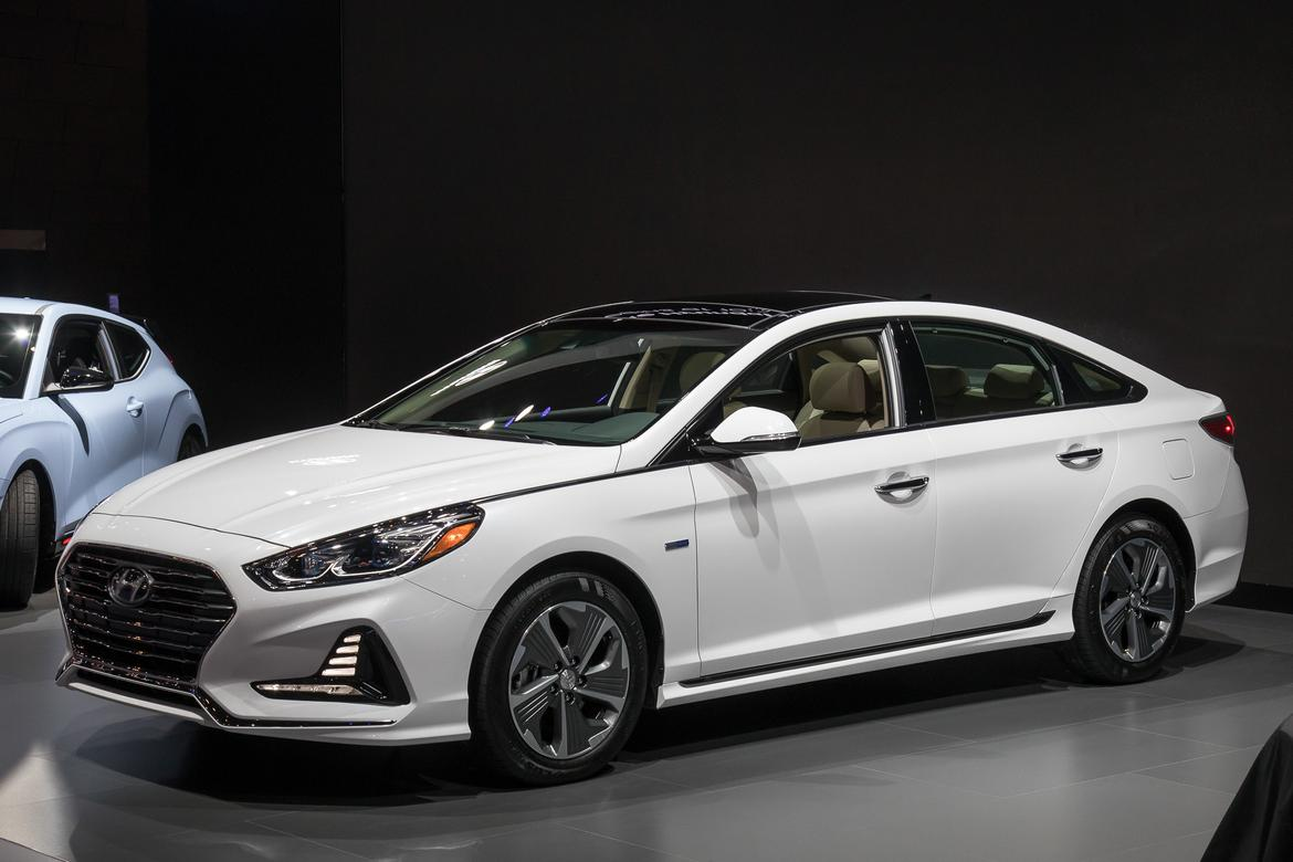 Hyundai Sonata Hybrid 2018 >> 2018 Hyundai Sonata Hybrid Prices Sink Features Rise News Cars Com