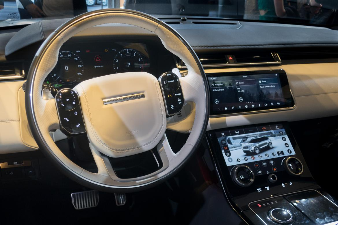 Hands on with land rover range rover velar touchscreens for Interieur range rover
