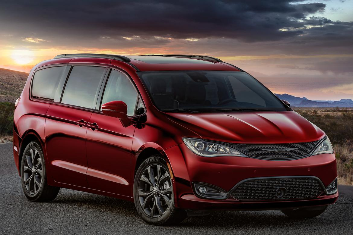 02-chrysler-pacifica-2019-angle--exterior--front--mountains--red