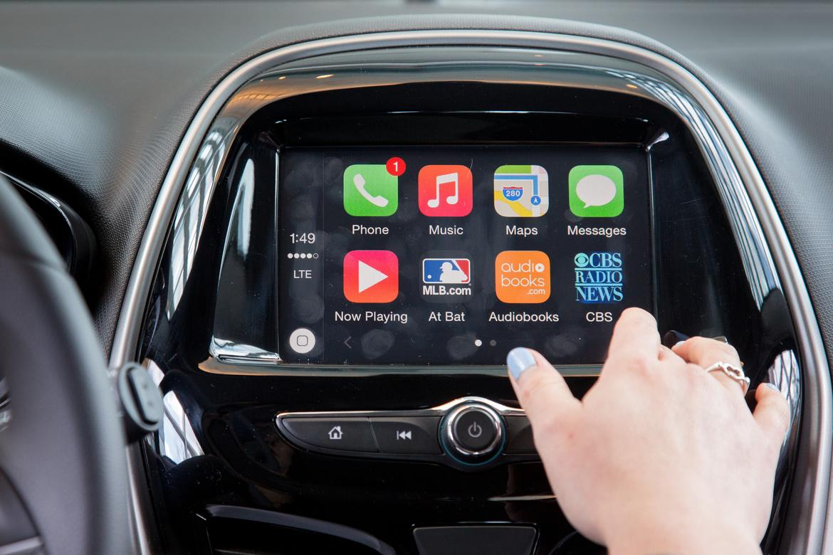 hands on with gm 39 s apple carplay android auto news. Black Bedroom Furniture Sets. Home Design Ideas