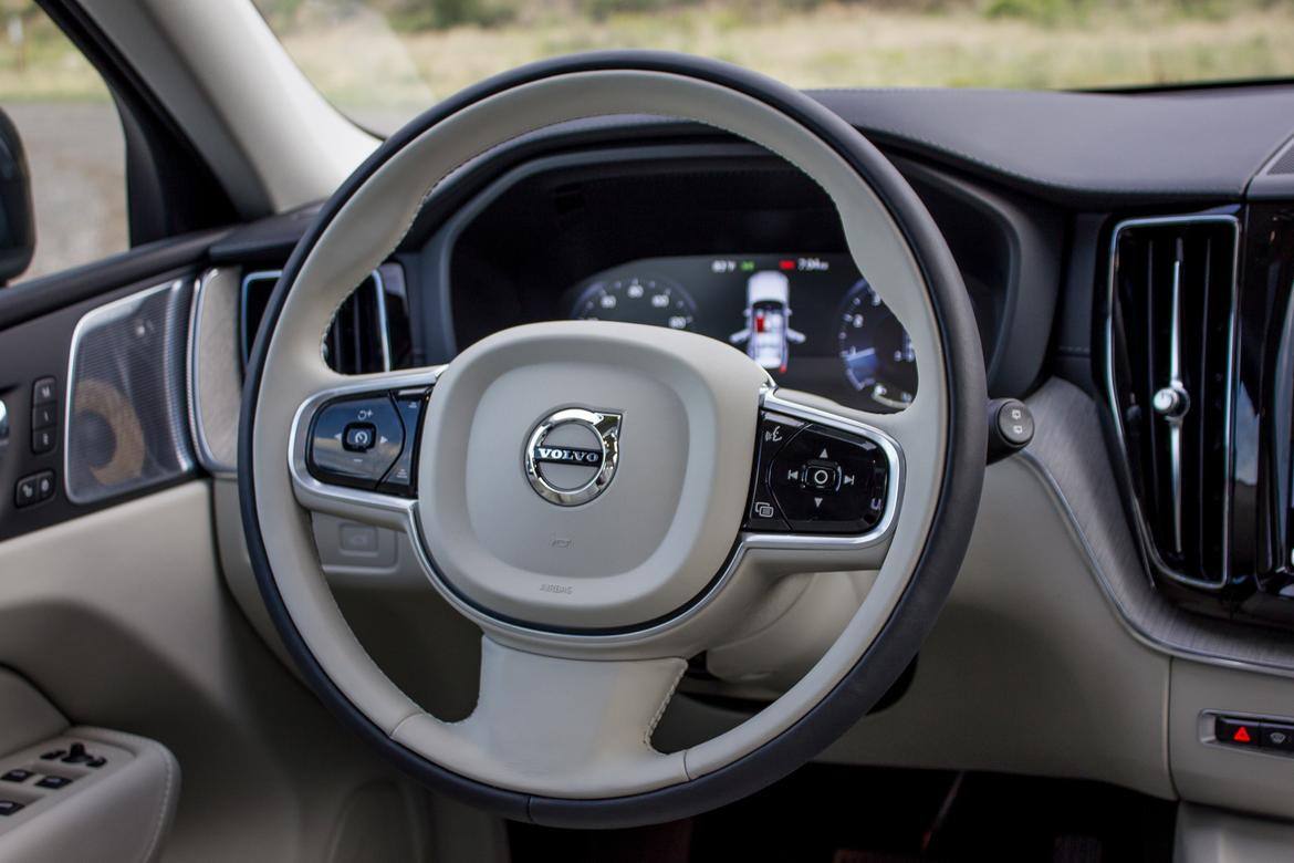 11-volvo-xc60-2018-interior-steering wheel.jpg
