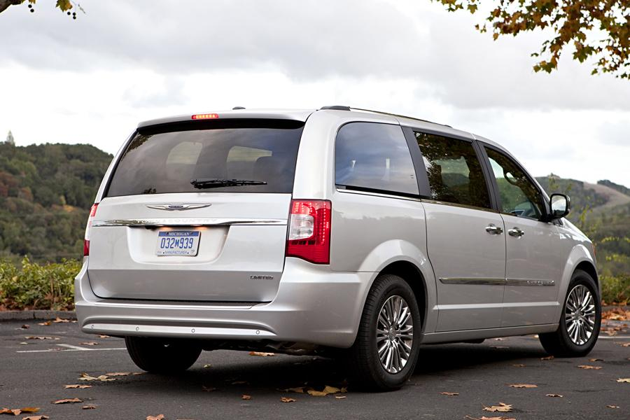 2014 Chrysler Town & Country Photo 4 of 32