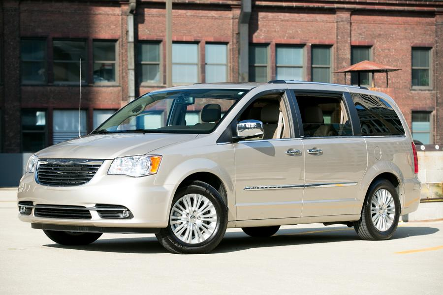 2013 Chrysler Town & Country Photo 4 of 34