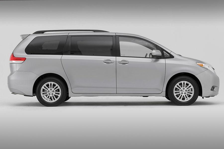 2014 Toyota Sienna Photo 2 of 18