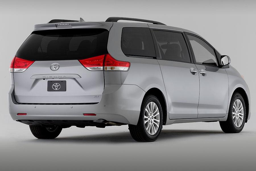 2014 Toyota Sienna Photo 3 of 18