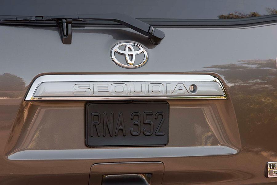 2014 Toyota Sequoia Photo 2 of 18