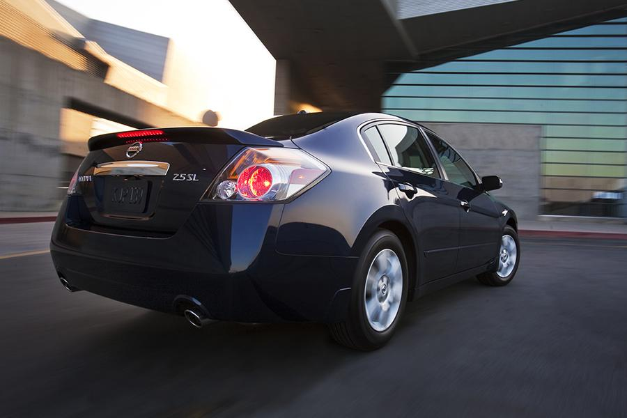 2015 Nissan Altima Photo 2 of 30