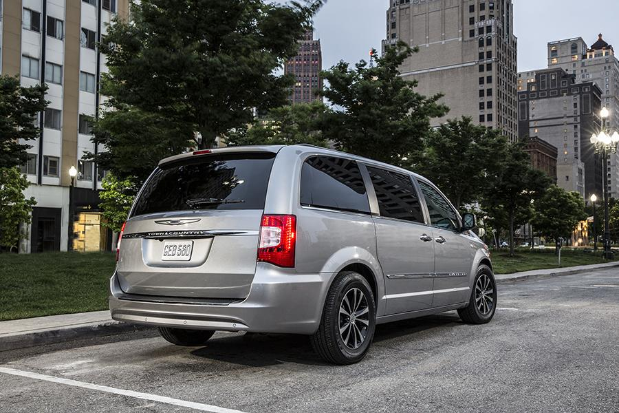 2015 Chrysler Town & Country Photo 5 of 9