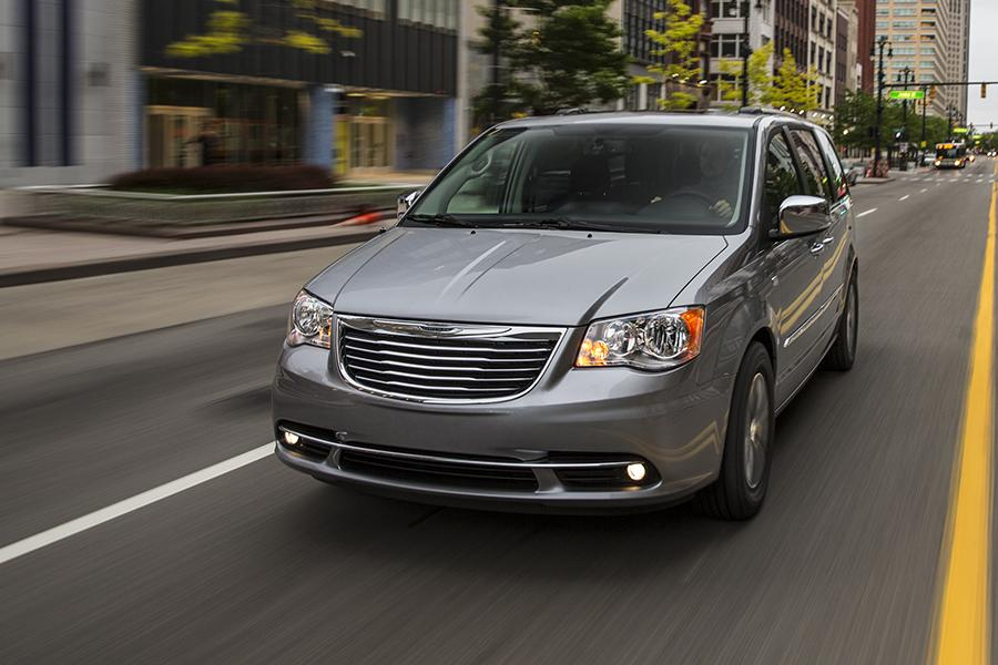 2015 Chrysler Town & Country Photo 2 of 9
