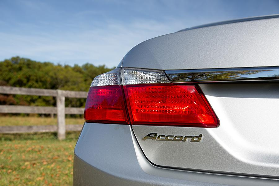 2015 Honda Accord Photo 2 of 19