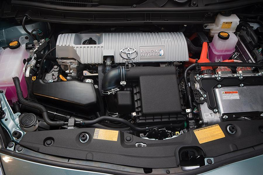 2015 Toyota Prius Plug-in Photo 2 of 14