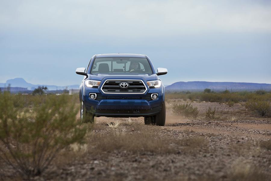 2016 Toyota Tacoma Photo 2 of 19
