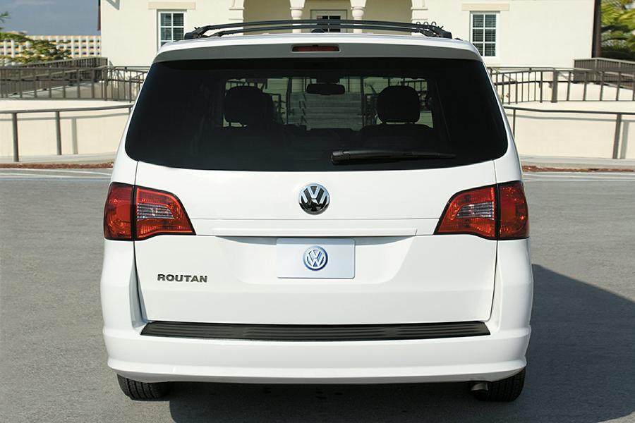 2014 Volkswagen Routan Photo 2 of 6