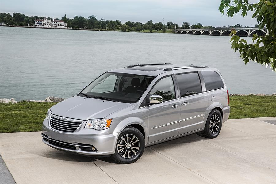 2016 Chrysler Town & Country Photo 2 of 11
