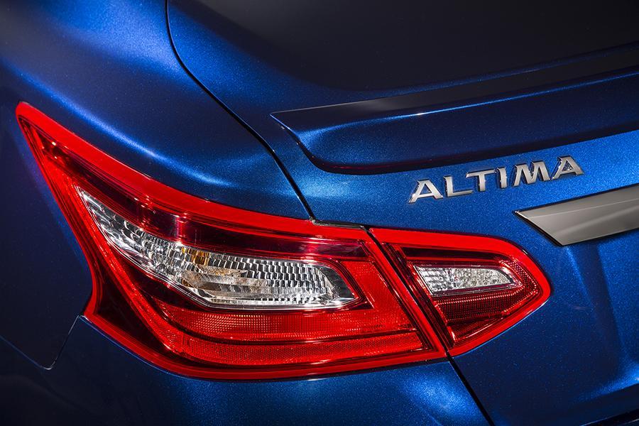 2016 Nissan Altima Photo 5 of 17