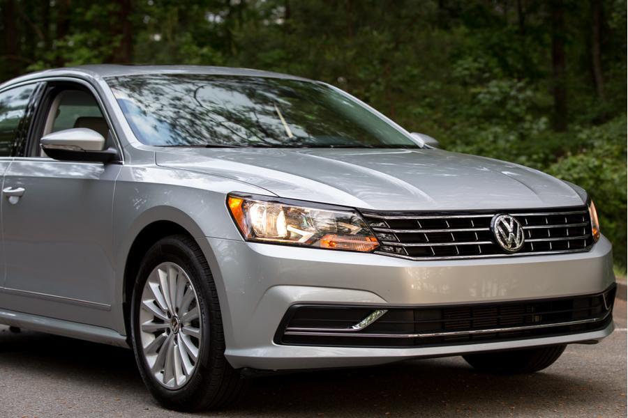 2017 Volkswagen Passat Photo 2 of 18