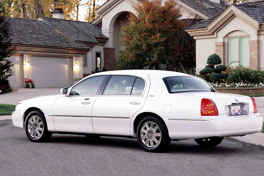 2003 Lincoln Town Car Photo 2 of 12