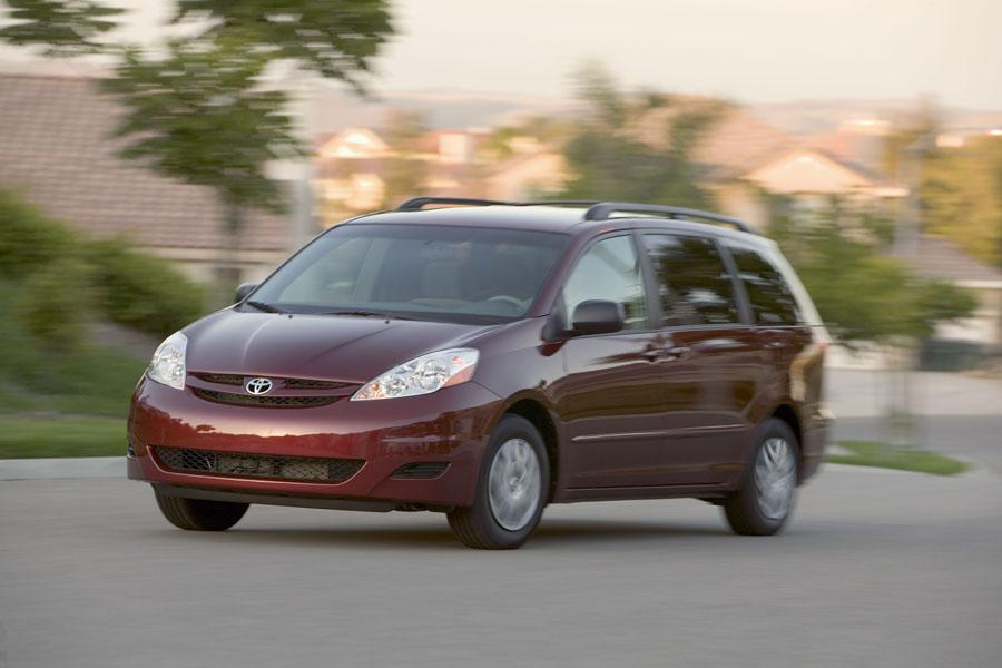 2008 Toyota Sienna Photo 2 of 12