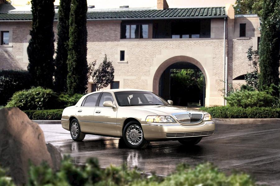 2009 Lincoln Town Car Photo 2 of 7