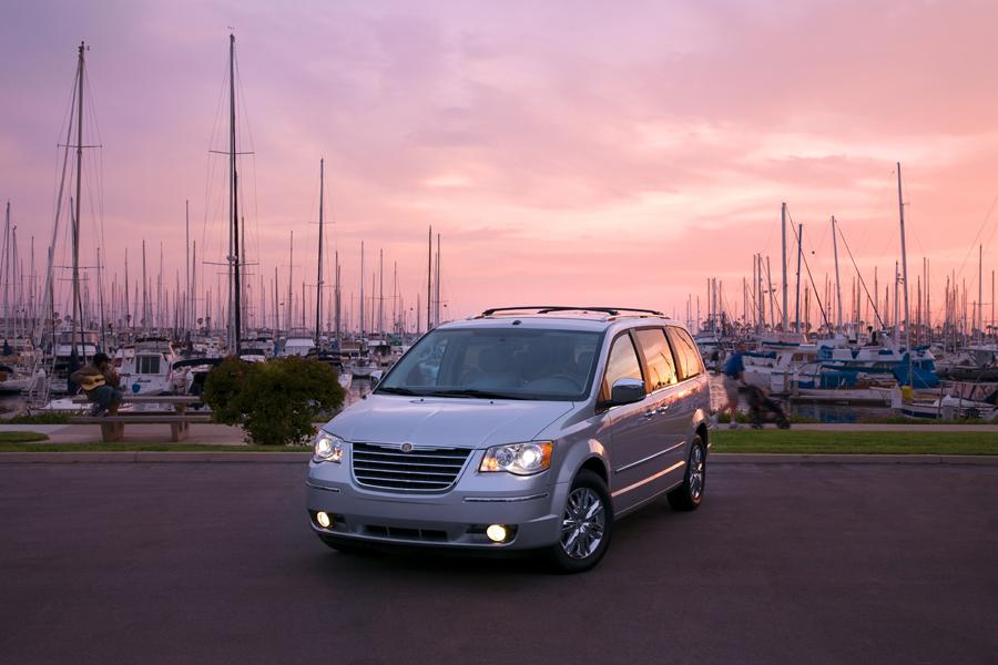 2009 Chrysler Town & Country Photo 4 of 15