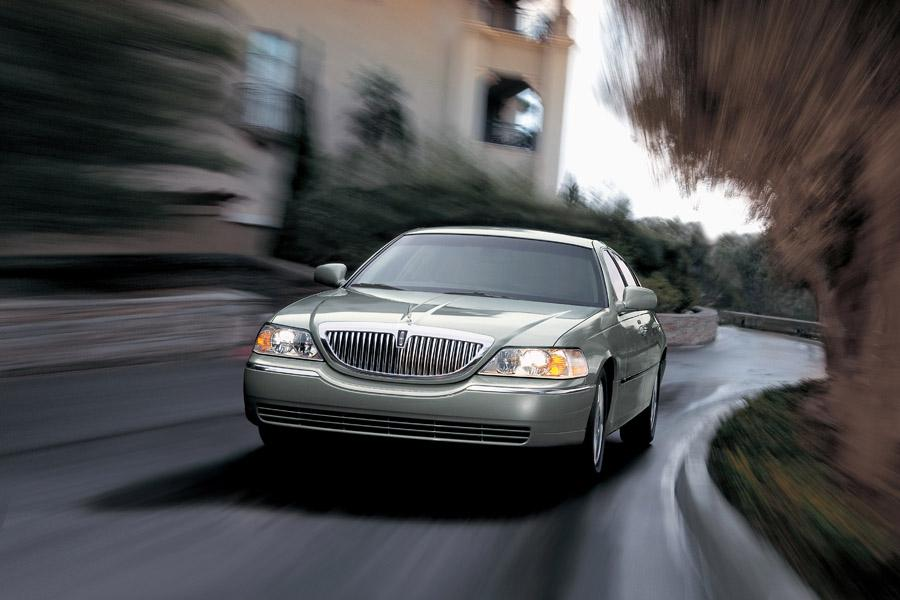 2011 Lincoln Town Car Photo 2 of 20