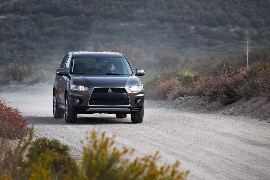 2011 Mitsubishi Outlander Photo 2 of 20