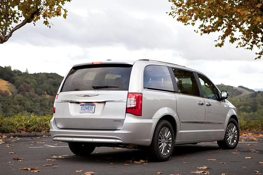 2013 Chrysler Town & Country Photo 2 of 34