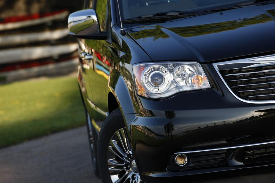 2013 Chrysler Town & Country Photo 3 of 34